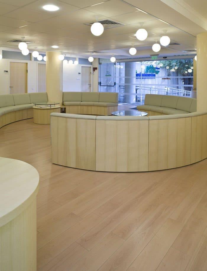 עיצוב מרפאה - ישיבה מעוגלת חלל כניסה