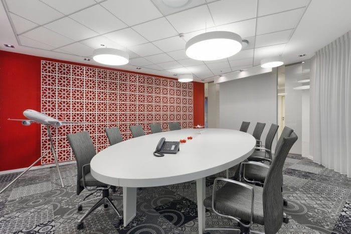עיצוב חדר ישיבות עם קיר משרבייה ודגמי מטוסים עם שטיחים בעיצוב עכשווי