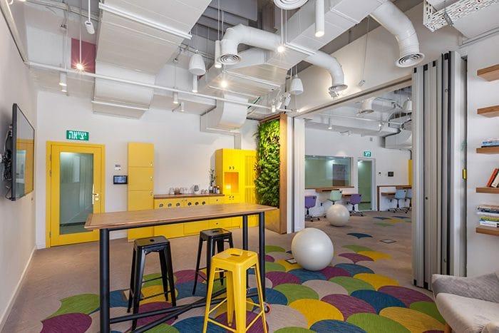עיצוב מטבחון צהוב במרכז חדשנות
