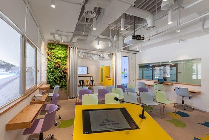 עיצוב מרכז חדשנות צבעוני עם קיר ירוק