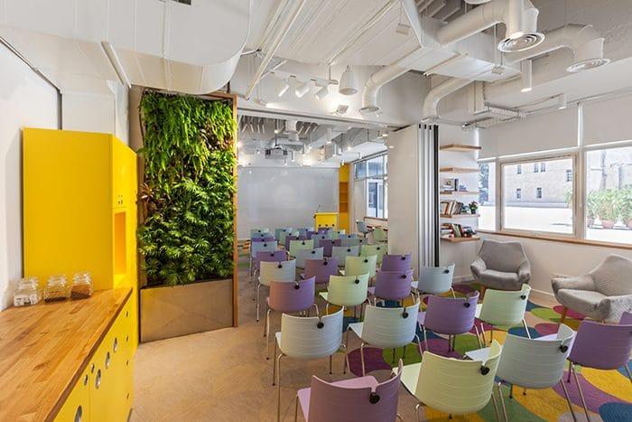 מרכז חדשנות מעוצב עם כיסאות צבעוניים