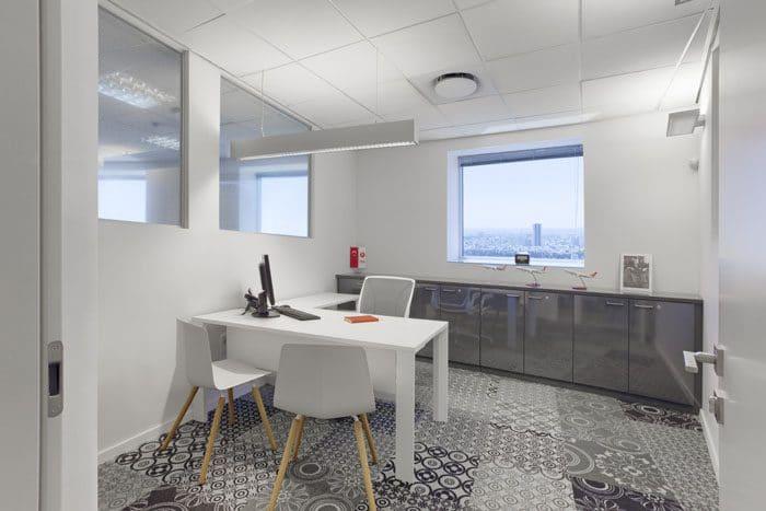 חדר מנהל בצבעי שחור, אפור ולבן עם שטיחים בעיצוב מודרני בהשראת עיטורים גיאומטריים