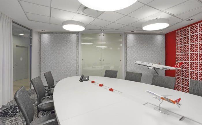 עיצוב חדר ישיבות עם קיר משרבייה
