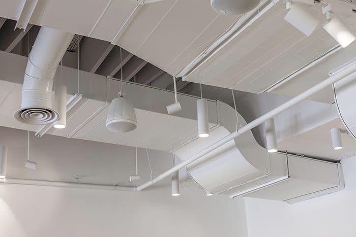 פרט תעלות מיזוג, תאורה ורמקול תלויים בתקרה חשופה