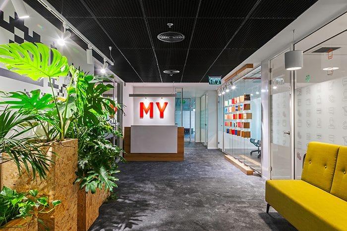 עיצוב כניסה למשרד עם משחק קוביות צבעוני , דלפק ופינת ישיבה
