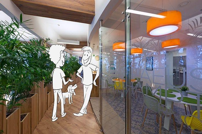 עיצוב משרדים עם מסדרונות רחבים שמאפשרים למפגש אקראי במסדרון ליד הקפיטריה
