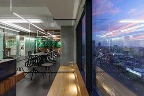 עיצוב משרד עם תאורה שקועה ברצפה ותאורה קווית לאורך החדרים