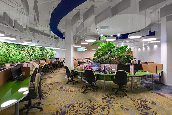 עיצוב משרד ומוקד טלפוני עם קירות ירוקים להכנסת טבע