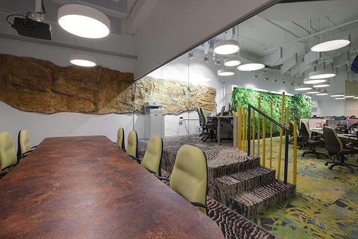 עיצוב חדר ישיבות עם מסלעה