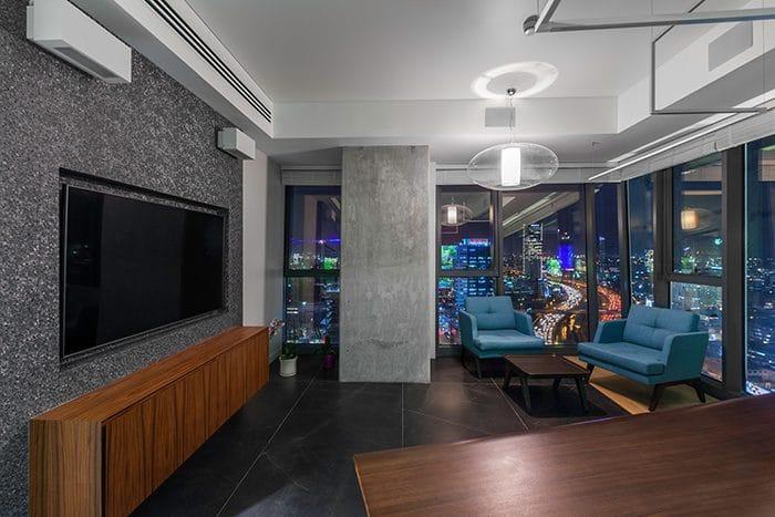 עיצוב חדר מנהל משקיף לנוף עם פינת ישיבה