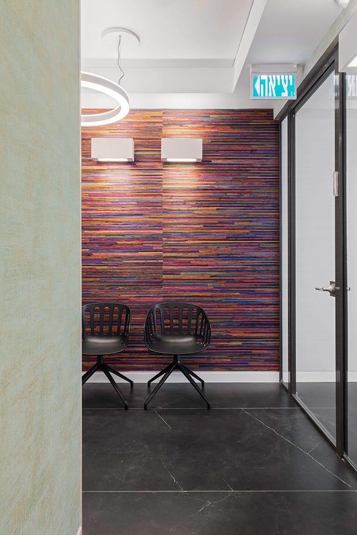 עיצוב פינת ישיבה עם קיר בחיפוי עבודת יד של קש צבעוני