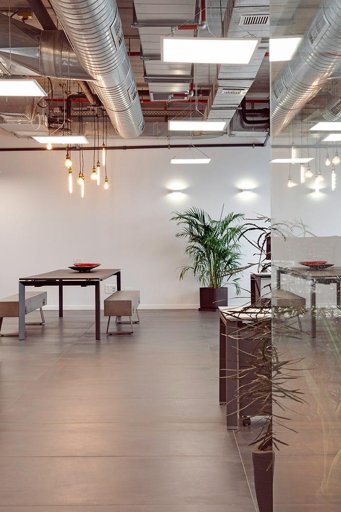עיצוב פינת ישיבה במשרדים עם חלל פתוח