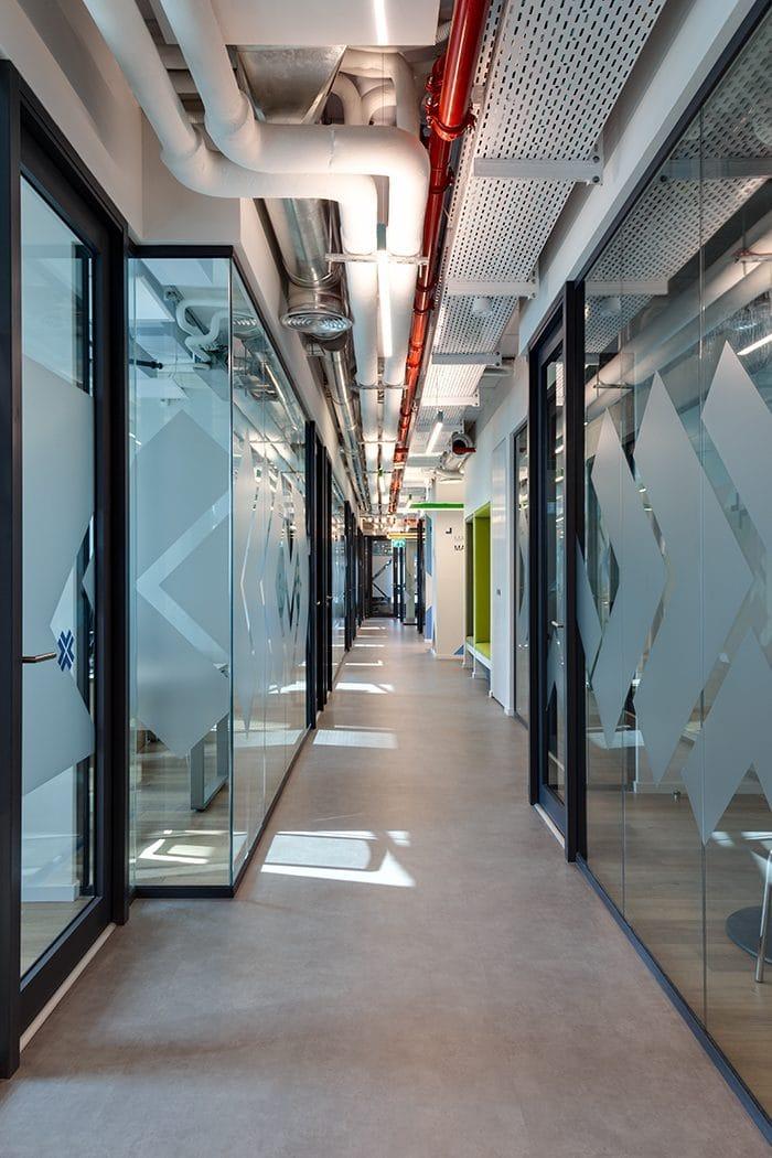 עיצוב מעבר משותף בין חללי עבודה