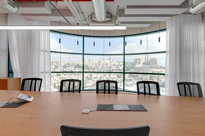 עיצוב חלל עבודה על רקע הרי ירושלים