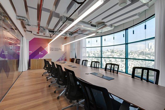 עיצוב חדר ישיבות גדול