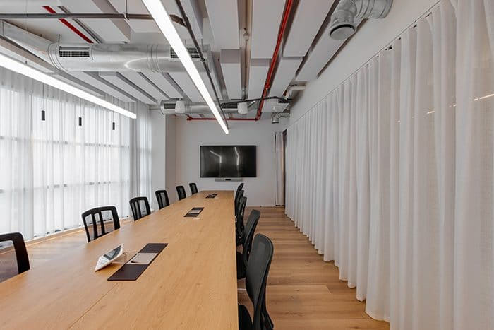 עיצוב שולחן חדר ישיבות