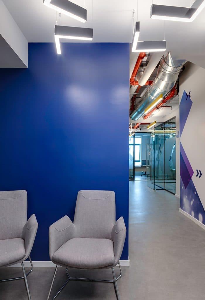 עיצוב פינת ישיבה עם קיר כחול