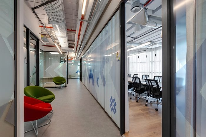 עיצוב מסדרון עם תקרה חשופה