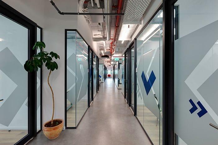 עיצוב מסדרון בין חדרי ישיבות