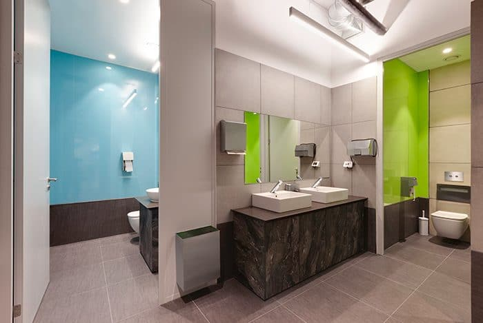 עיצוב שירותים צבעוניים במשרד