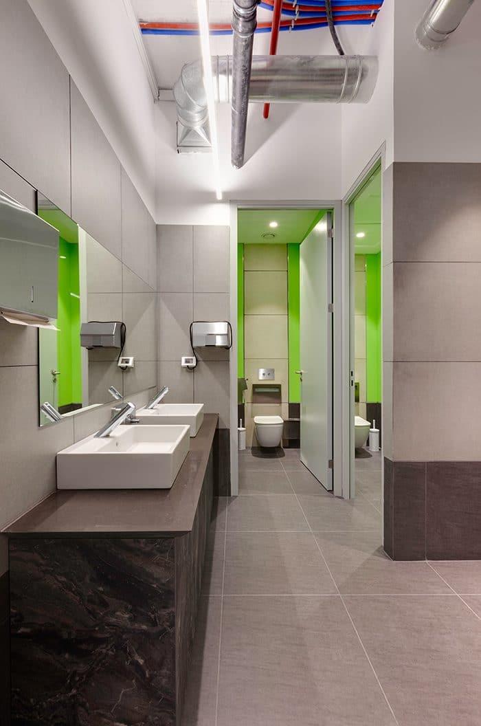 עיצוב שירותים צבעוני
