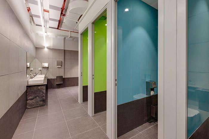 עיצוב שירותים צבעוניים