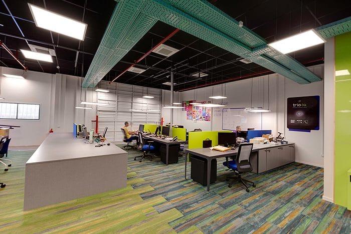 עיצוב אופן ספייס לחברת הייטק, עם תעלות חשמל גלויות צבעוניות