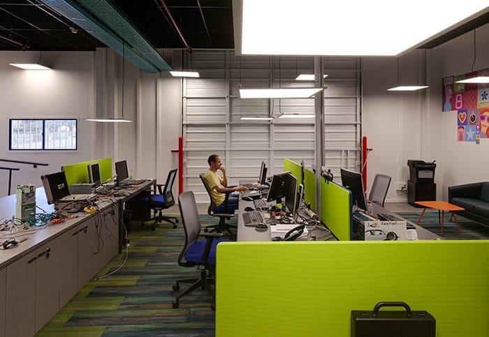 עיצוב פינת עבודה בחלל פתוח עם שטיחים צבעוניים