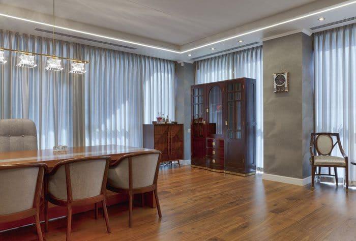חדר מנהל עם פרקט וריהוט קלאסי ותאורה תלויה ושקועה