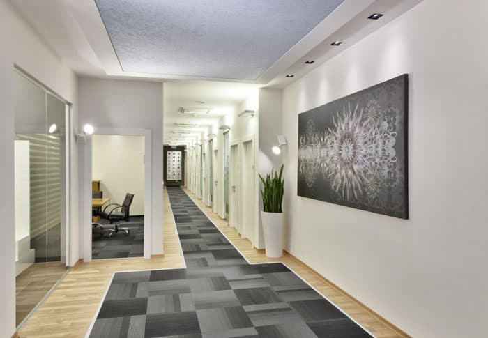 מסדרון עם שטיח משולב בפרקט