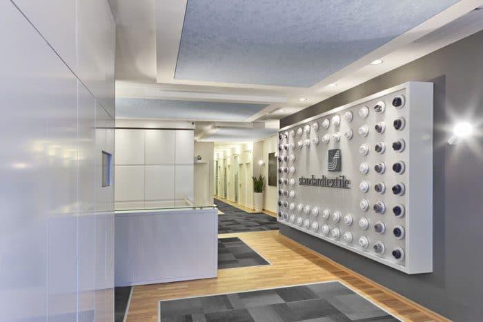כניסה למשרדים עם קיר כוח משולב מגבות מגולגלות המשדר בהומור את תחום העיסוק של החברה בטקסטיל