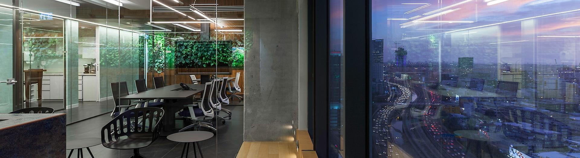 עיצוב משרדים לפי מתודולוגיית הביופיליה בשילוב צמחיה ועץ