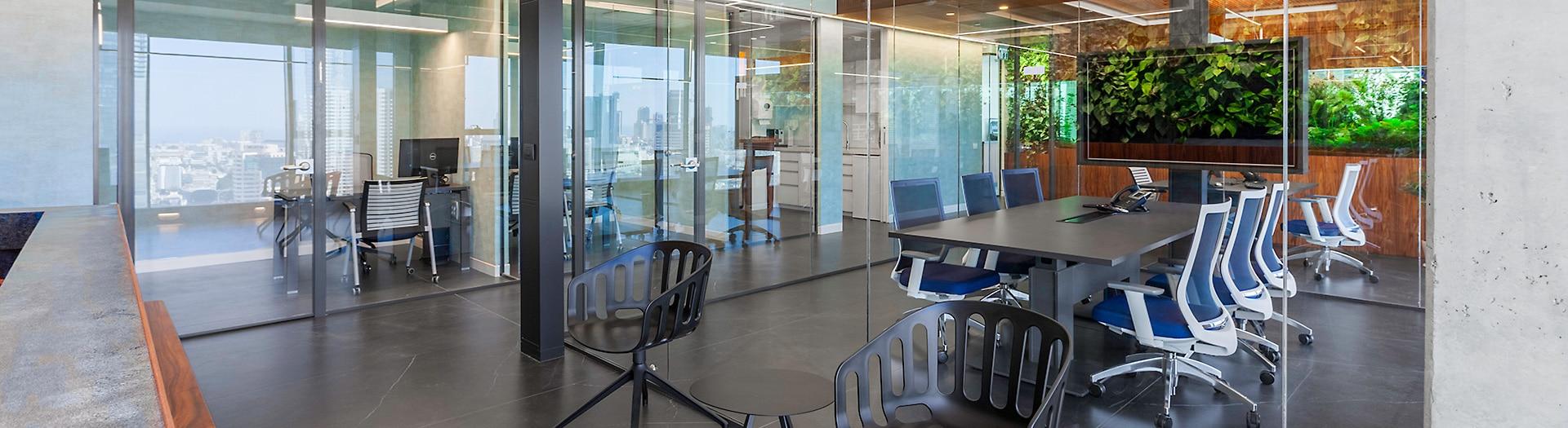 עיצוב משרד עם קיר ירוק וטקסטורות טבעיות